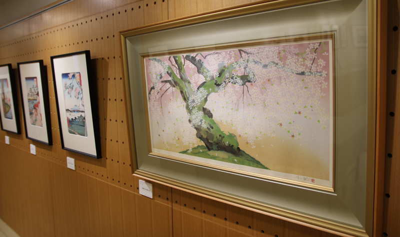 At the Adachi Institute of Woodcut Prints Showroom in Mejiro, Tokyo, visitors can enjoy a display of recommended works selected especially for the season.