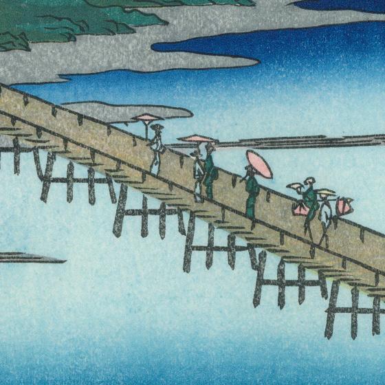 今も多くの人々が訪れる渡月橋。渡る人々は一方向に嵐山を目指しています。