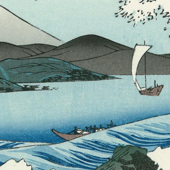 船が行きかう穏やかな駿河湾が、前景の波の激しさをより印象付けています。